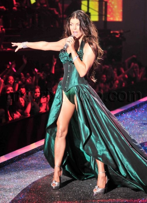 11_19_2009_Fergie_Victorias_Secret_Fashion_Show_4.jpg
