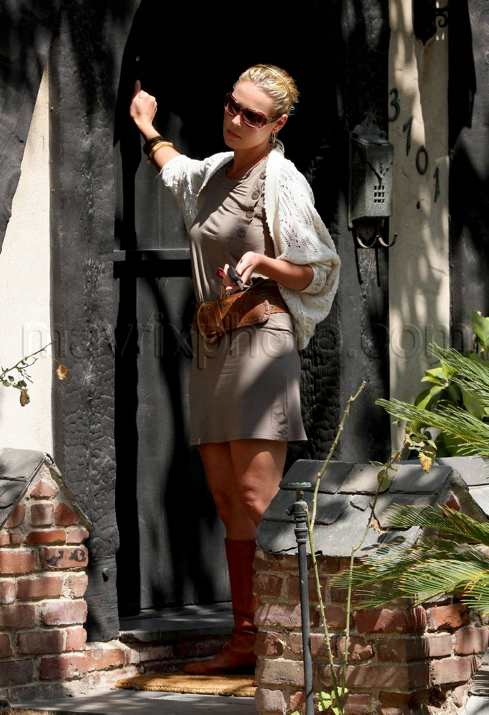 Heigl answers door in bikini